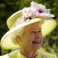 Królowa Elżbieta elegancki kapelusz arystokratki żółty