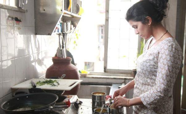 Kura Domowa: znaczenie. Kobieta zajęta obowiązkami domowymi, sprzątaniem iopieką naddziećmi