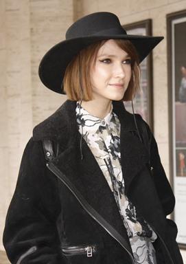 Jak znaleźć swój styl ubierania moda inspiracje Kobieta wczarnym kapeluszu
