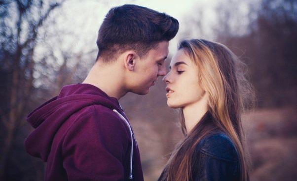 Czy randki przezInternet zobcym chłopakiem facetem są bezpieczne Czywarto umawiać się narandki internetowe