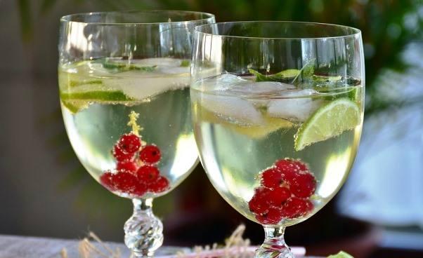 Jak zrobić syrop cukrowy dolemoniady zcytryną miętą limonką owocami Dobra domowa lemoniada cytrynowa