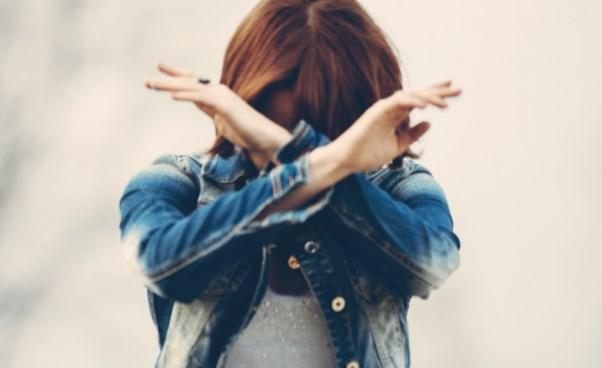 Dlaczego mamy negatywne myśli i emocje? Skąd bierze się przygnębienie i stres?
