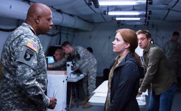 Recenzja filmu Nowy początek thriller science fiction dramat Amy Adams Jeremy Renner Forest Whitaker