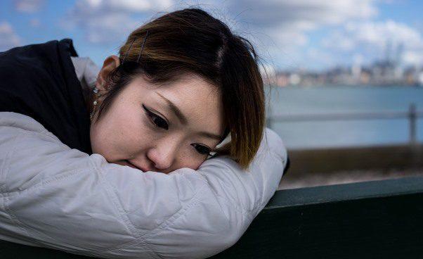 Skąd bierze się przygnębienie czarne myśli smutek Dlaczego mamy negatywne myśli emocje Psychologia