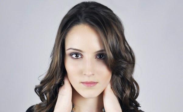 Opis wyglądu fizycznego zewnętrznego człowieka Opis twarzy wygląd kobiety dziewczyny Charakterystyczne cechy