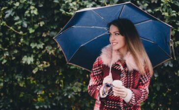 Płaszcz z futerkiem Modna stylizacja na deszcz