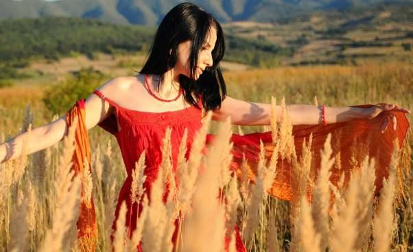 Dodatki dosukienki klasycznej nalato Szal korale Kobieta zklasą czerwona sukienka Apaszka kolorowa