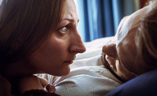 Film omatce ichorym synu wśpiączce opiekuje się dzieckiem ciekawy dramat obyczajowy Recenzja Opinie