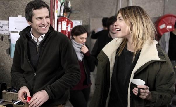 Komedia francuska Facet dowymiany Recenzja Opinie Film omęskim kryzysie wieku średniego operacjach plastycznych