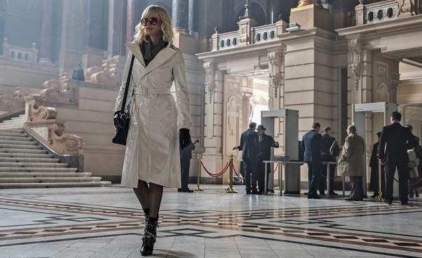 Polecany film o kobiecie femme fatale Atomic Blonde 2017 komiks sensacyjny z akcją w czasie zimnej wojny Opinie