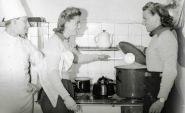 Dwudziestolecie od kuchni książka o zwyczajach kobiet w przedwojennej Polsce Przepisy kulinarne sposoby na sprzątanie