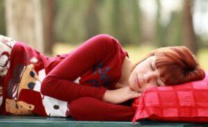 Krótka drzemka wciągu dnia Jak ją zorganizować ile powinna trwać kiedy jest relaksem nauka drzemki zdrowie
