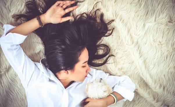 Mała drzemka wśrodku dnia Jak ją zorganizować jak długo powinna trwać Relaks Porady zdrowie kobiety