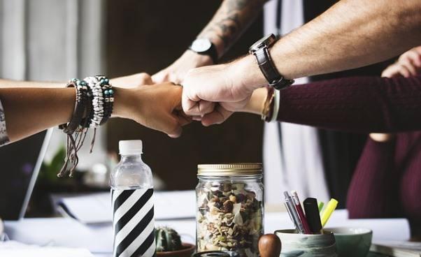 Jakie korzyści przynosi empatia wmiejscu pracy Relacje zludźmi wkorporacji iwmałej firmie zakres obowiązków Stres inapięcie
