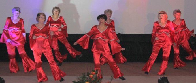 Relacja zimprezy Kongres Kobiet Północnej Wielkopolski wPile występ grupy tanecznej Seniority