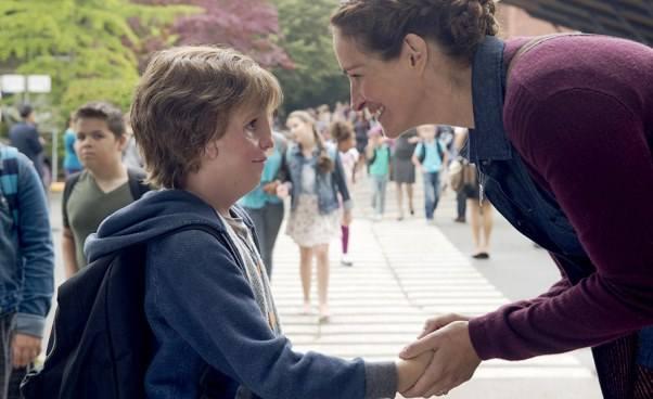 Ciekawy film dla dzieci ochłopcu zezdeformowaną twarzą Cudowny chłopak wyciskacz łez kino familijne Julia Roberts