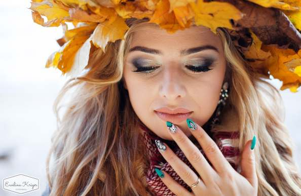 Ciekawa jesienna sesja zdjęciowa wplenerze zprzyjaciółkami Makijaż Stylizacje paznokci