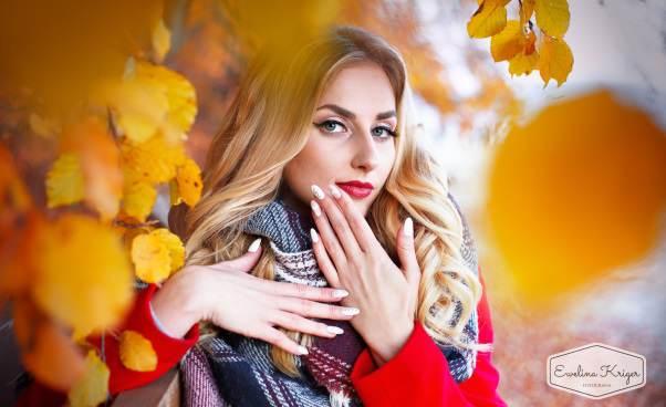 Jesienna sesja zdjęciowa Karoliny ikoleżanek. Makijaż, stylizacje paznokci idobra zabawa