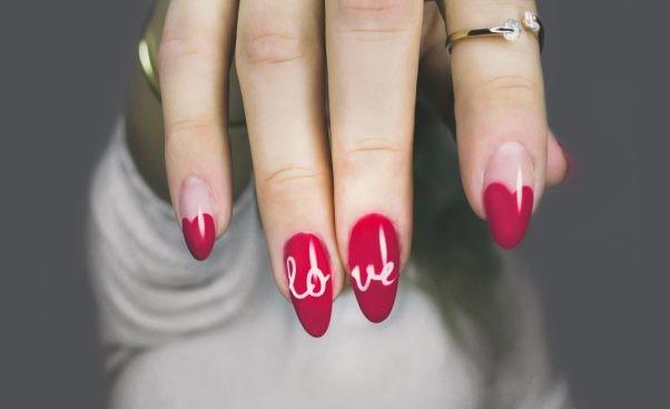 Manicure hybrydowy: szkodliwy czybezpieczny dla paznokci?*